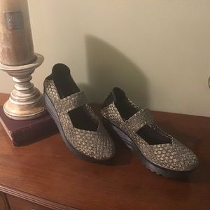 White Mountain metallic textile fabric wedge